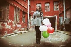 有五颜六色的气球的少年女孩 免版税库存照片