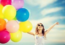 有五颜六色的气球的愉快的女孩 库存图片