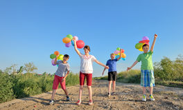 有五颜六色的气球的愉快的孩子 图库摄影