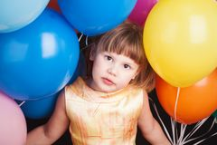 有五颜六色的气球的白种人白肤金发的女孩 免版税图库摄影
