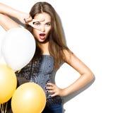 有五颜六色的气球的美丽的时装模特儿女孩 免版税库存图片