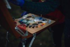 有五颜六色的油漆的调色板 库存照片