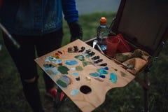 有五颜六色的油漆的调色板 免版税库存图片
