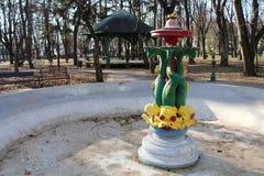 有五颜六色的海生物的室外公开喷泉 免版税库存照片