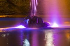 有五颜六色的照明的喷泉在晚上 乌克兰 库存照片