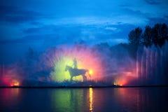 有五颜六色的照明的音乐喷泉在晚上 免版税库存照片