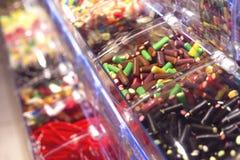 有五颜六色的甜嚼的糖果不同的塑料盒在商店或超级市场 库存图片