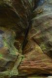 有五颜六色的石头的岩石峡谷走道 库存照片