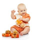 有五颜六色的礼物的幸福婴孩 库存图片