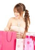 有五颜六色的礼物袋子的女孩 免版税库存照片