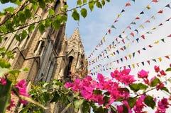 有五颜六色的祷告旗子的迈索尔哥特式大教堂 免版税库存照片