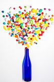 有五颜六色的糖果爆炸的蓝色瓶 库存图片