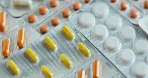 有五颜六色的胶囊的水泡 照相机迅速批评片剂一张顶视图  转动的圆药物 上色了许多药片 影视素材