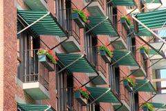 有五颜六色的花的窗槛花箱 免版税库存图片