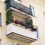 有五颜六色的花的阳台在罐 免版税库存照片
