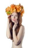 有五颜六色的花花圈的露胸部的红头发人女孩在她的他 免版税图库摄影