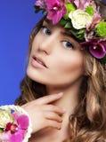 有五颜六色的花花束的华美的妇女  免版税库存图片