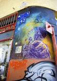 有五颜六色的街道画的现代街道 免版税图库摄影