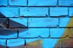 有五颜六色的街道画的老砖墙 免版税图库摄影