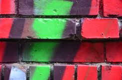 有五颜六色的街道画的老砖墙 免版税库存图片
