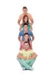 有五颜六色的衣裳的愉快的朋友 免版税库存照片