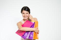 有五颜六色的袋子的愉快的妇女顾客 库存图片