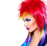 有五颜六色的被染的头发的低劣的式样女孩 免版税图库摄影