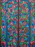 有五颜六色的被绘的花卉设计的铁门 库存照片