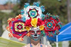 有五颜六色的装饰品的妇女在头和糖头骨 免版税库存照片