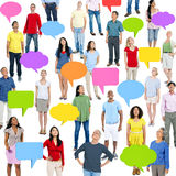 有五颜六色的讲话泡影的世界人 免版税库存照片