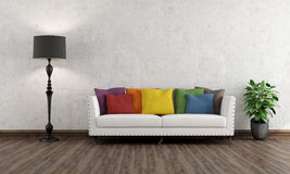 有五颜六色的长沙发的减速火箭的客厅 免版税库存图片