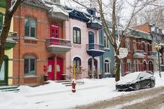 有五颜六色的门面的行格住宅在蒙特利尔 免版税图库摄影
