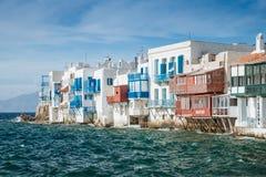 有五颜六色的阳台的传统希腊房子风雨如磐的水的 免版税库存照片