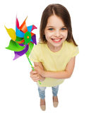 有五颜六色的风车玩具的微笑的孩子 库存照片