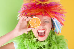 有五颜六色的头发和桔子的年轻疯狂的妇女 免版税图库摄影
