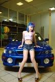 有五颜六色的头发的年轻和性感的行家妇女在车库 库存照片