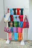 有五颜六色的围巾、围巾和提包的销售摊 库存照片