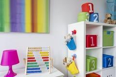 有五颜六色的绘画的儿童居室 库存图片