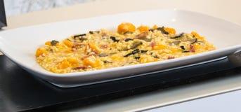 有井的一块板材烹调了与菜的上升 免版税库存图片