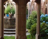 有井的修道院庭院 免版税库存图片