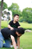 有亚洲父亲的乐趣公园儿子 图库摄影
