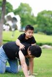 有亚洲父亲的乐趣公园儿子 库存照片