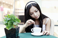 有亚裔咖啡的女孩 免版税图库摄影