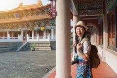 有亚裔妇女的游人乐趣走 免版税库存照片