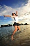 有亚裔海滩乐趣的女孩 图库摄影