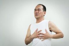 有亚裔的老人心脏病发作 库存图片