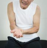 有亚裔的老人腕子痛苦 免版税图库摄影