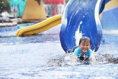 有亚洲男孩的乐趣池游泳 免版税库存图片