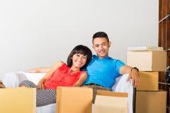 有亚洲的夫妇断裂,当移动时 免版税库存照片