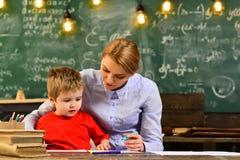 有些学生通过听,殷勤老师学会最好谈话与她的科学类的学生在大学 库存图片
